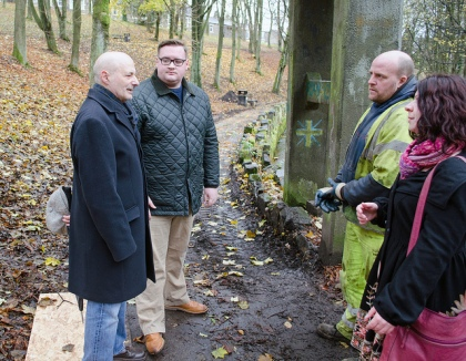 HPBC Cllr Godfrey and County Councillors Damien Greenhalgh and Ellie Wilcox speak with the DCC workmen on the path.